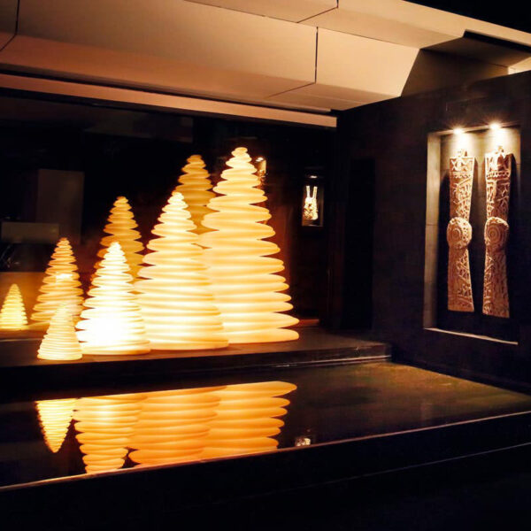 studioceramica-decoratiuni-christmas-tree-design-outdoor-decor-chrismy-teresa-sapey-light-vondom-2.jpg