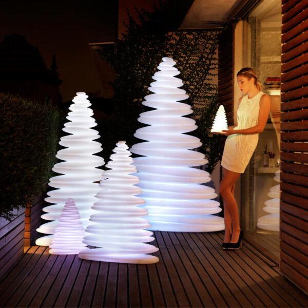 studioceramica-decoratiuni-christmas-tree-design-outdoor-decor-chrismy-teresa-sapey-light-vondom.jpg